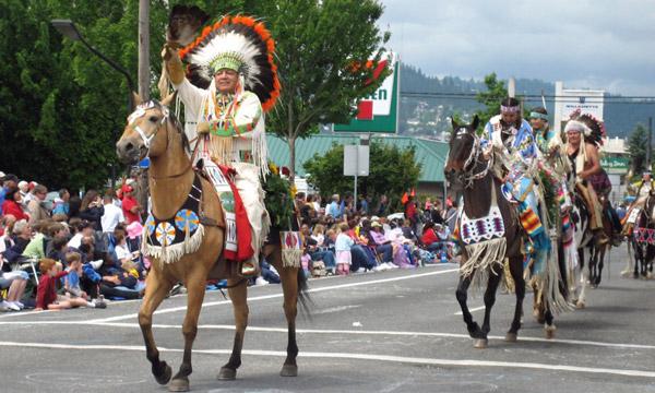 Американская индейская лошадь на шествии, фото